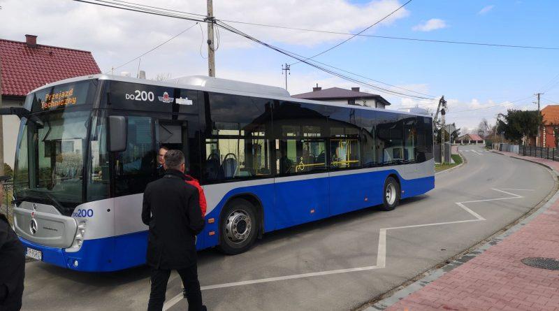 Przejazd techniczny autobusu MPK na ul. Portowej w Niepołomicach